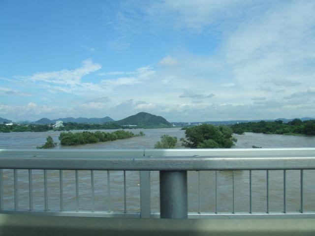 木曽川の濁流